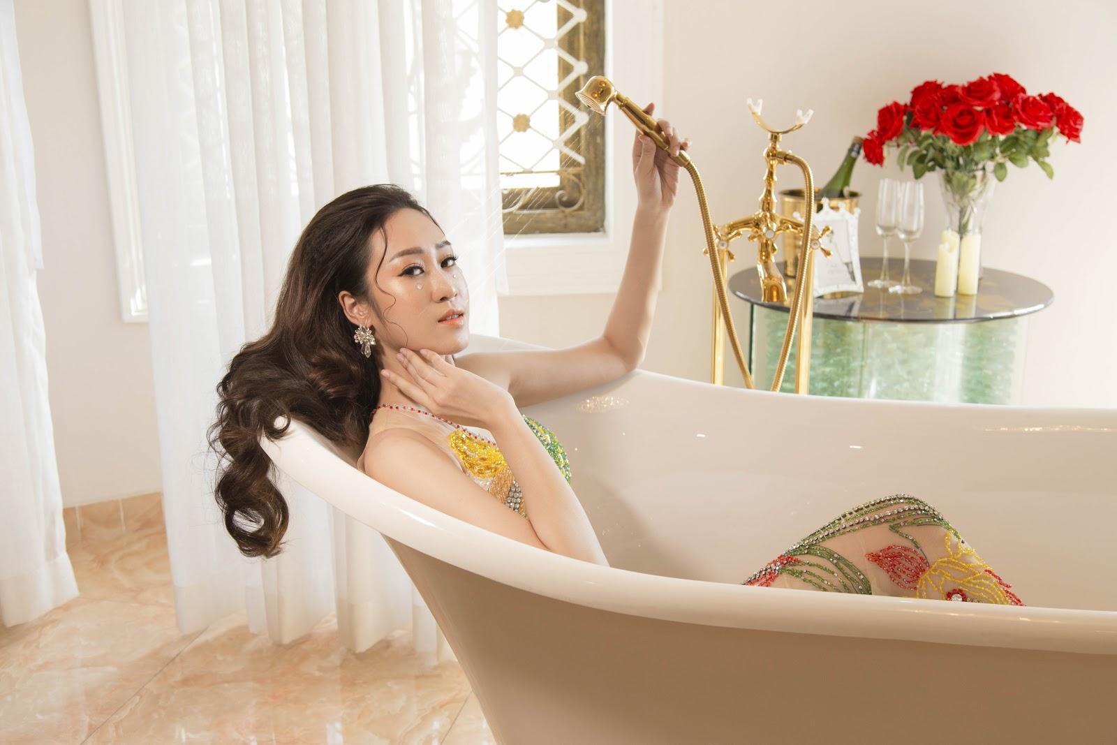 Giật mình với ảnh nóng của Hoa khôi Anika Trinh Trinh trong... bồn tắm lâu đài - Hình 7