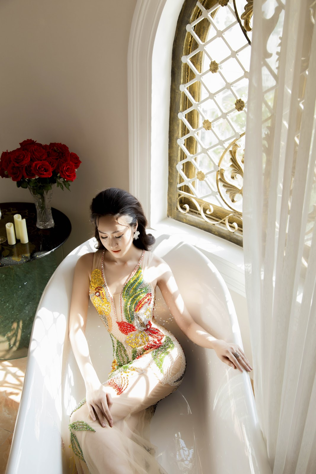 Giật mình với ảnh nóng của Hoa khôi Anika Trinh Trinh trong... bồn tắm lâu đài - Hình 6